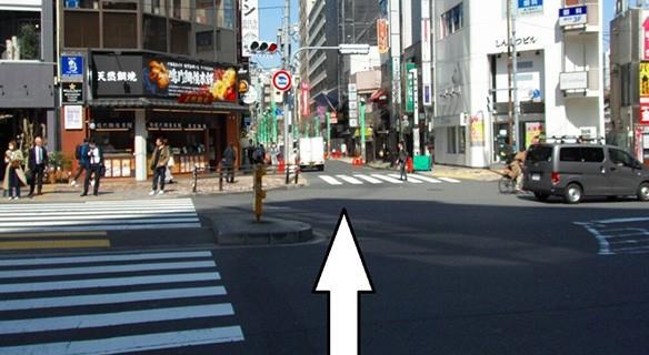 恵比寿駅西口を出て交番前の横断歩道を渡り、「鳴門鯛焼本舗」と「ソフトバンク」の間の道を真っすぐ進みます。