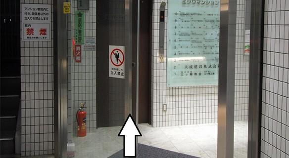 正面のエレベーターで9階までお上がりください。